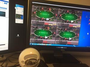 Her ses mit setup, hvor jeg reviewer en coachingelevs spil på 4 borde. Eleven følger med via Teamviewer og Skype.